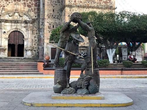 Escultura de tres jimadores en la plaza principal del Pueblo Mágico de Tequila.