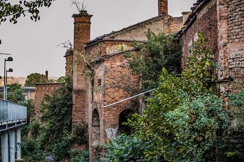 Fachada de La Castellana, una hacienda conocida como la Fábrica de los Monstruos en el Pueblo Mágico de Tequila.
