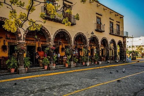 Fachada de Los Portales en Tequila, uno de los mejores lugares para comer y comprar souvenirs en el Pueblo Mágico de Tequila