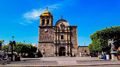 Fachada y atrio de la Parroquia de Santiago Apóstol en Tequila